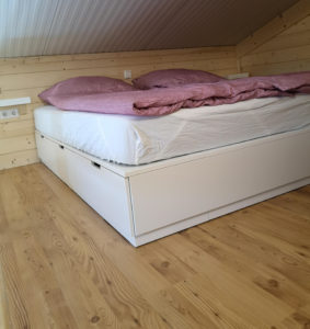 Schöner Schlafbereich mit Dachschräge