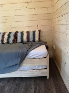 Wohnbereich mit Stapelbett als Sofa