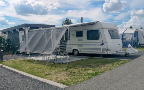 Wohnwagen auf GreenCamping-Stellplatz