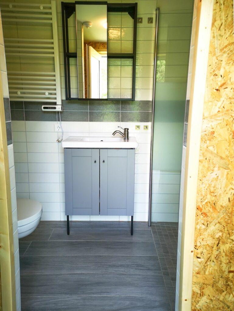 Modernes privates Badezimmer mit großer Dusche - EMSLAND-CAMP