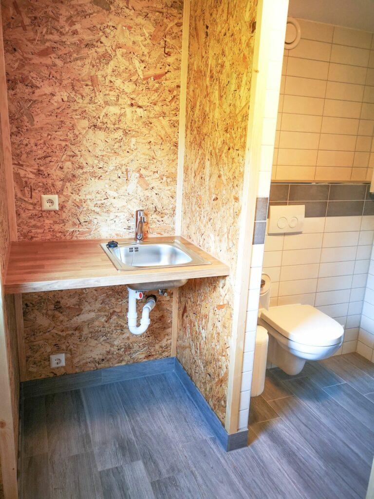 Private Abwaschküche und Badezimmer direkt auf der Parzelle
